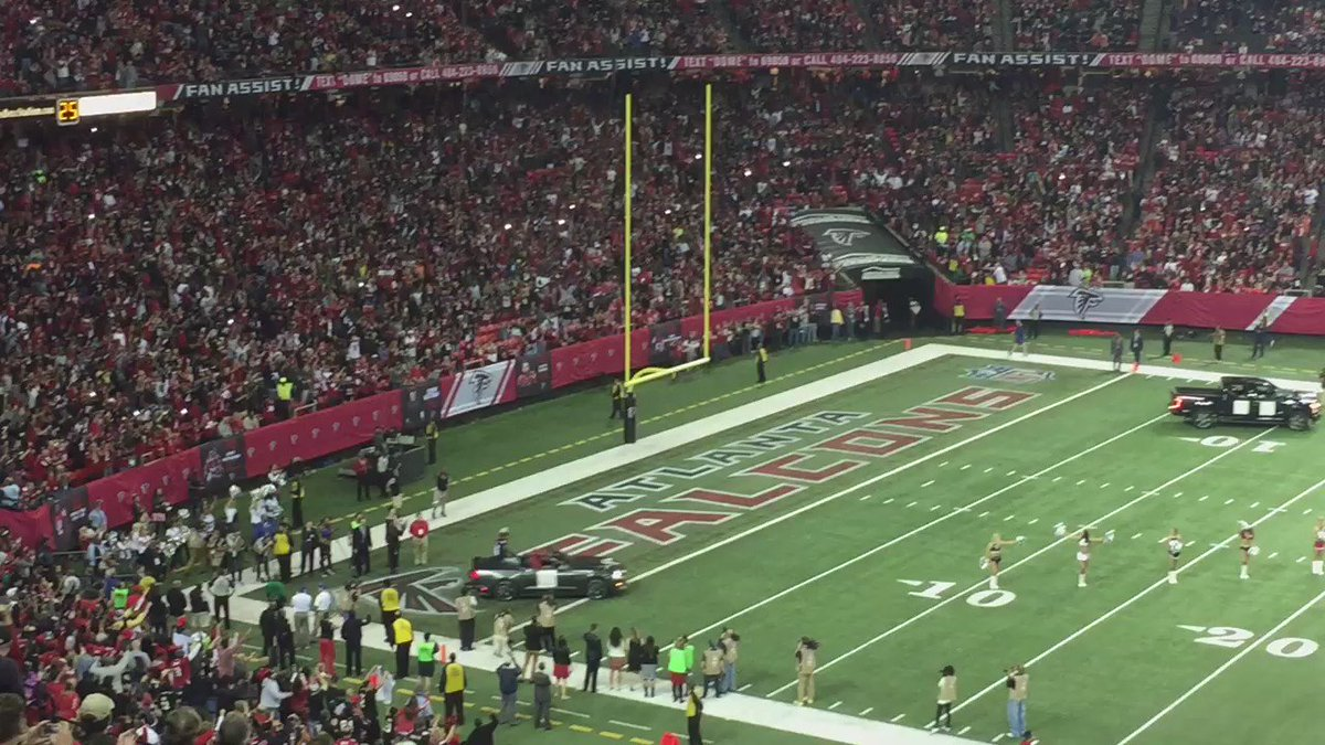 Michael Vick comes out with Roddy White as Falcons honor the past here at Georgia Dome. Standing ovation https://t.co/kBMpZm0mFF