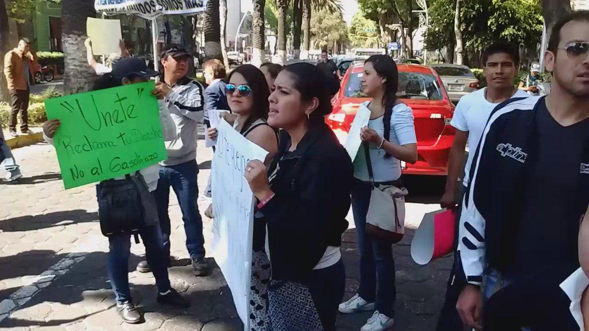 Al grito de poblano agachado jamás será escuchado, la marcha contra el gasolinazo continúa en Avenida Juárez #Puebla https://t.co/YAjWmorZET