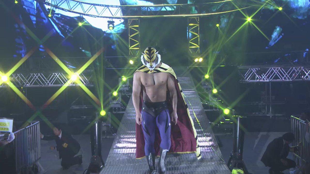タイガーマスクW  が今年も新日本のリングに!ヒロイン役の三森すずこさん を引き連れ登場!場外ダイブ攻撃にドームが熱狂!