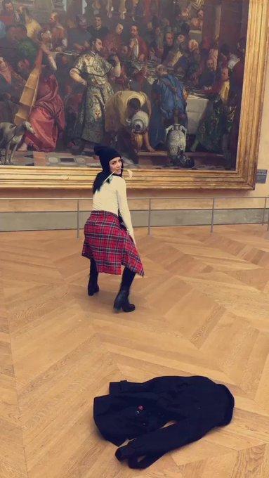 I got my twerk on at the Louvre todae... ✌🏼💋🇫🇷 #America 🇺🇸 https://t.co/sqwF9V35r0