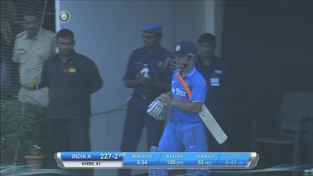 Enter MSD! CCI deafening and rise to welcome @msdhoni to the crease. https://t.co/xq4mgqGeNb