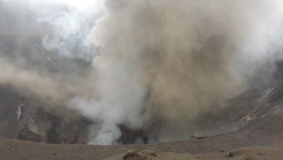 RT @dread_rocks: Powerful volcanic blast wave! #yasur #strombolian #volcano #science h ...