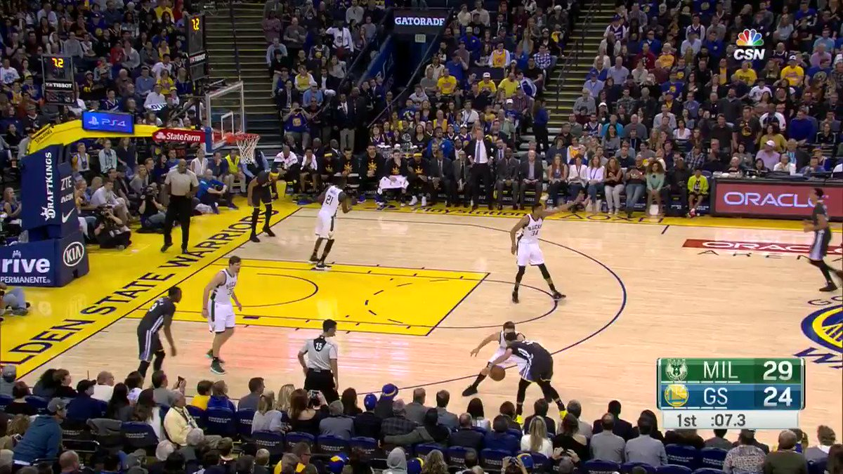 Steph with the splash before the buzzer https://t.co/Es8pFrNagH