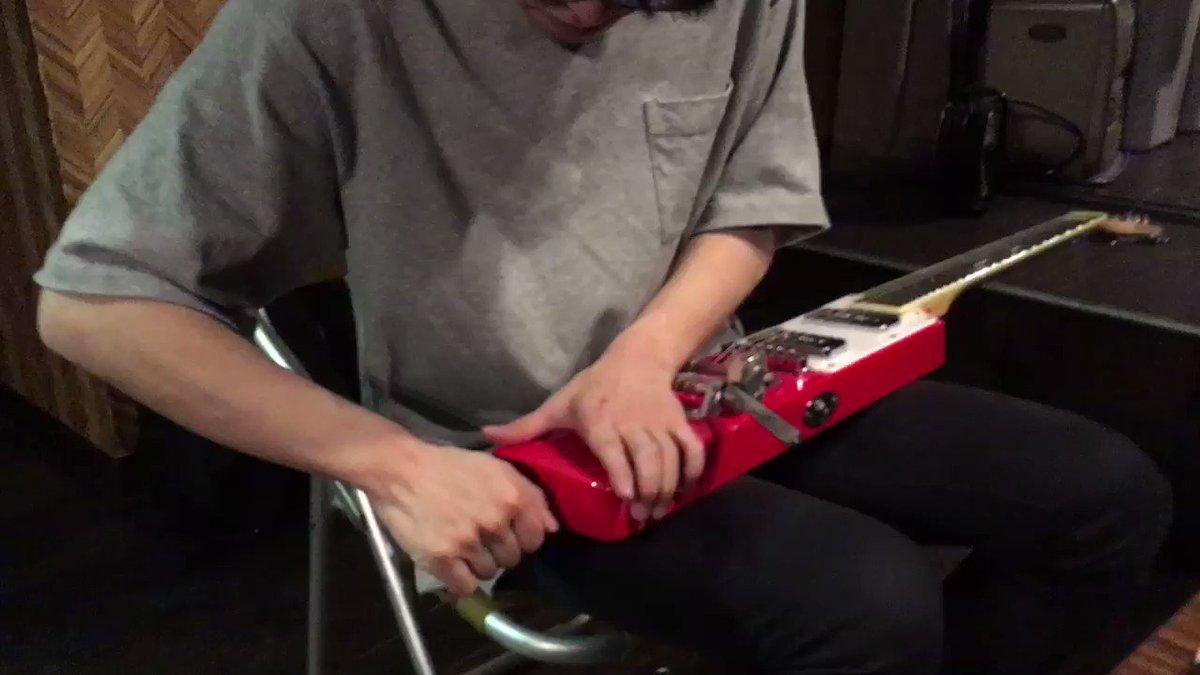 人のギターに割り箸ぶっ刺してハンマーで叩くサイコパスとバンドやってる…(⚠️ギター直してくれてますありがとう😅)