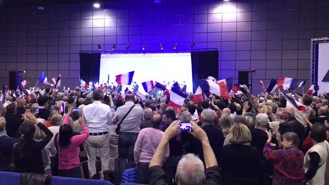 Standing ovation pour @FrancoisFillon à Biarritz : plus de 3 000 personnes ! 👏🏼🇫🇷 #FillonBiarritz