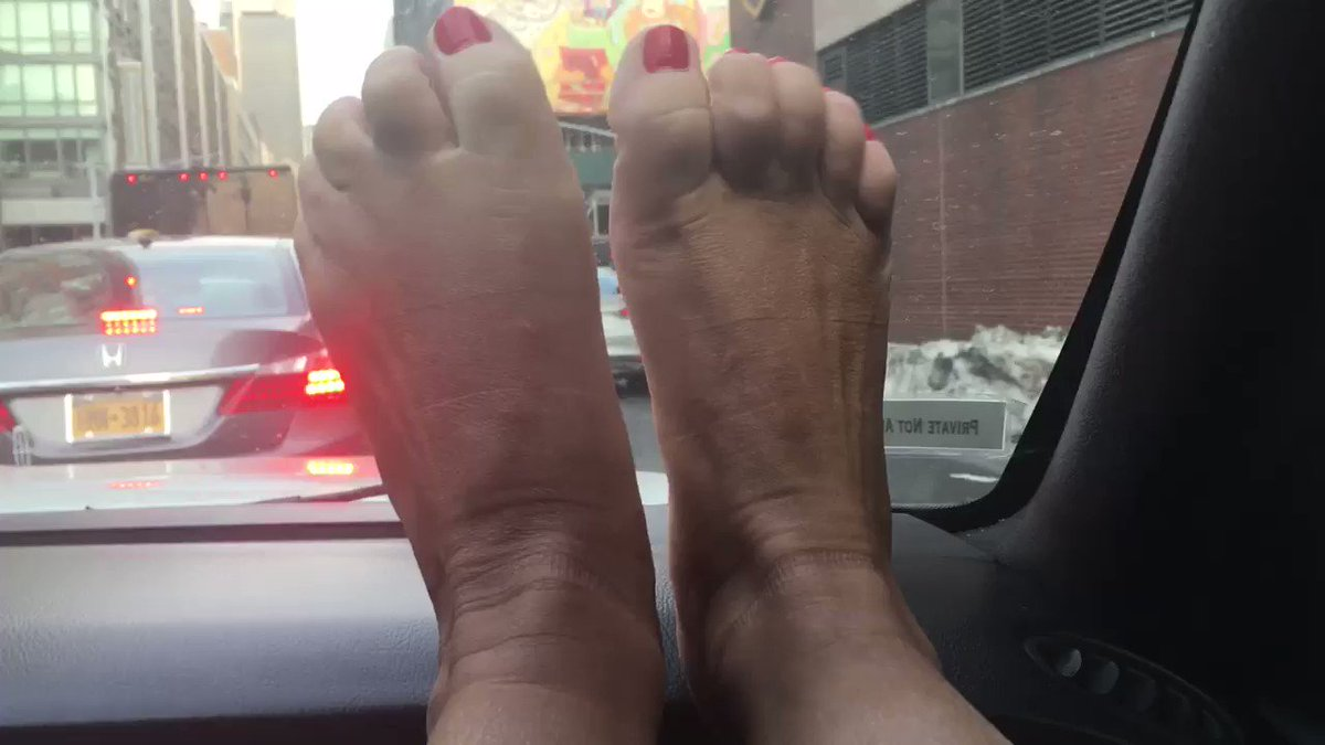What's a girl to do with her sweaty hot mistress feet in Manhattan New York https://t.co/0GCNgiNBSP