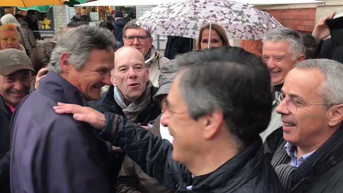 'Tenez bon !' 'On est avec vous !' Bel accueil sur le marché de #Biarritz pour @FrancoisFillon ! 😏