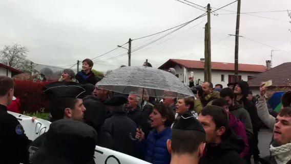 François Fillon accueilli par des jets d'oeufs dans une exploitation du pays basque. (vidéo @Chr_Ollivier)