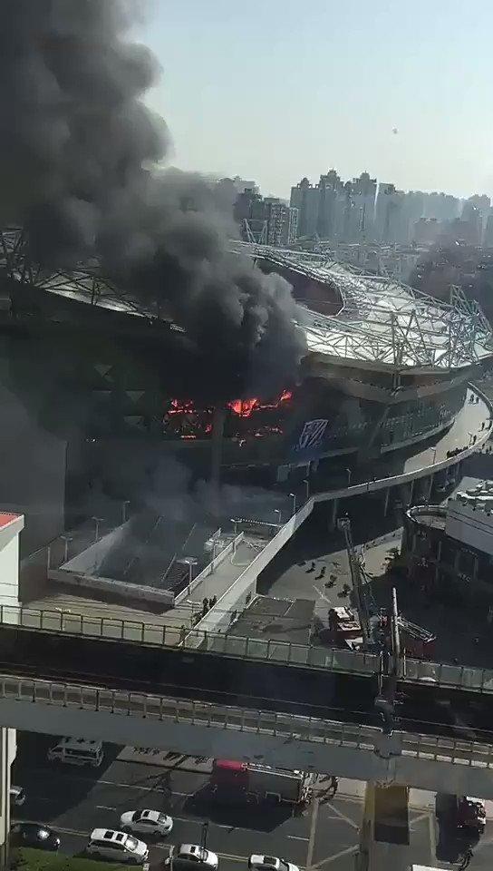 Le stade du Shanghai Shenhua frappé par un violent incendie ce mardi matin. (🎥@AlvaroMtz13)