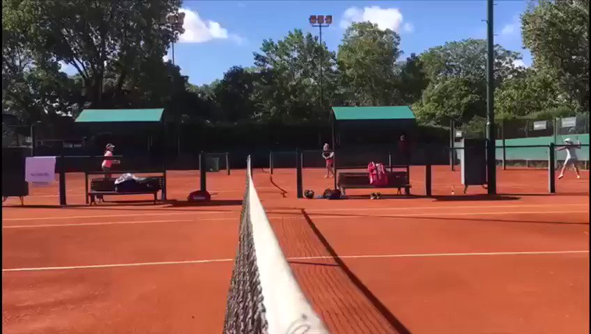 Acordándome de cómo se juega en esta superficie. ������������ // Trying to remember how to play on this surface. https://t.co/dzLvZVJlU0
