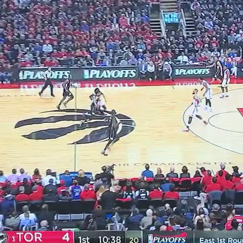 2 dribbles from the half court logo to the rim, what on earth https://t.co/o6KRwlWReY