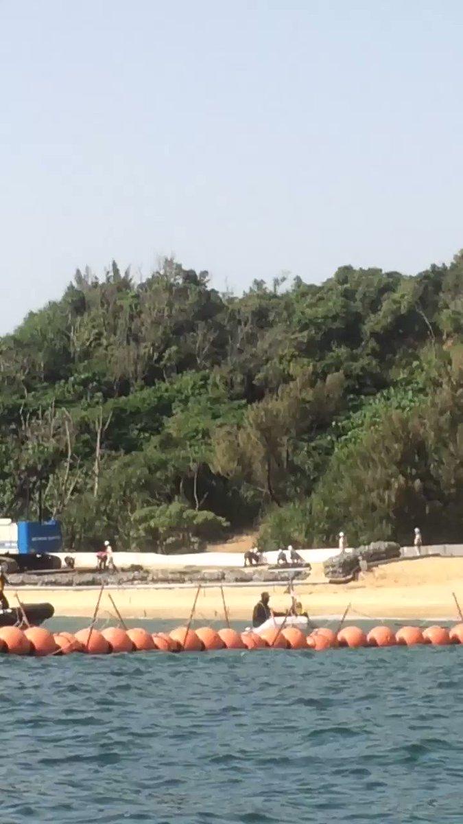 【辺野古】K-9護岸工事の監視中。作業員が8人。袋(ネット)にまとめた石を敷いた上に、厚いラバーを敷き詰めていると思われ