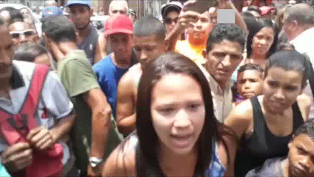 Vecinos de #ElValle abuchearon a simpatizante del #PSUV cuando intentó defender a Maduro https://t.co/iqaOhurFRl https://t.co/rvNQ6rZqT4
