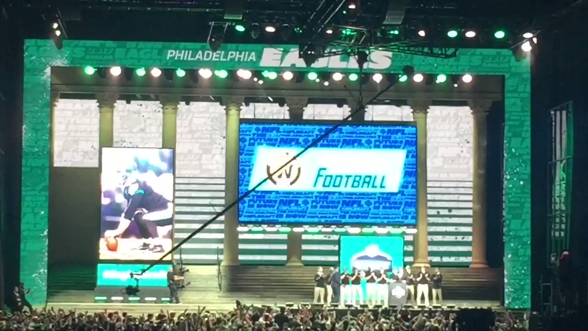 #FlyEaglesFly echoes down the Parkway again. #EaglesDraft https://t.co/J69OhfiUwr