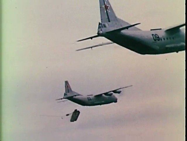 ソ連軍の空挺降下、空挺戦闘車が減速ロケット点火させて着地してくるのほんと好き