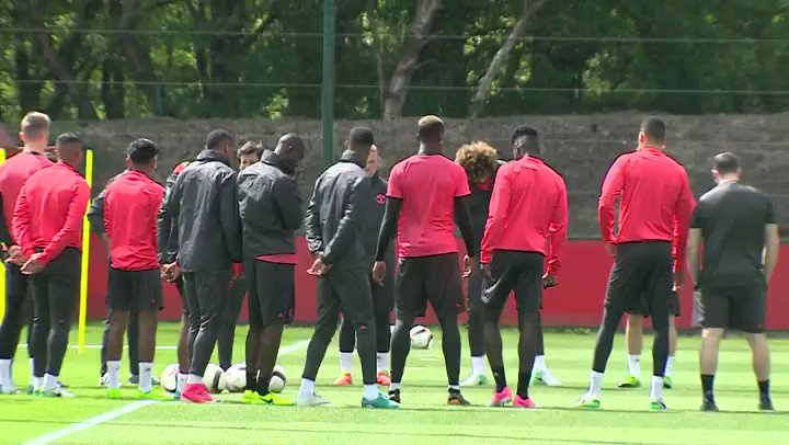 .@ManUtd squad hold minute's silence for victims of Manchester Arena attack  https://t.co/jWt7hBD6gI https://t.co/E8gVOdh9hw