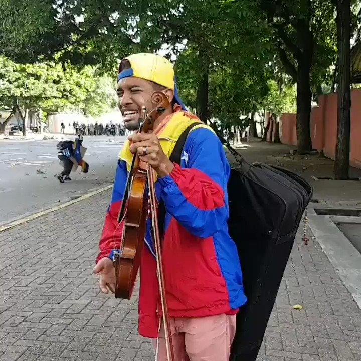En este momento en #Altamira  GNB le quita el violín y se lo devuelve destruido.  #Venezuela #ipaniza #24M https://t.co/aJ37DaLwvo