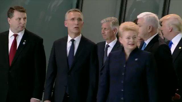#Trump #USA és el más energúmeno y fascista de la #OTAN Empuja al 1r Ministro de #Montenegro xra ponerse el primero!