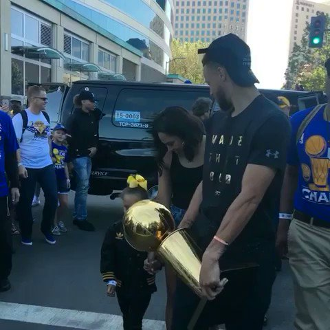 The Curry's arrive for the #WarriorsParade! https://t.co/65uwc3rjTx