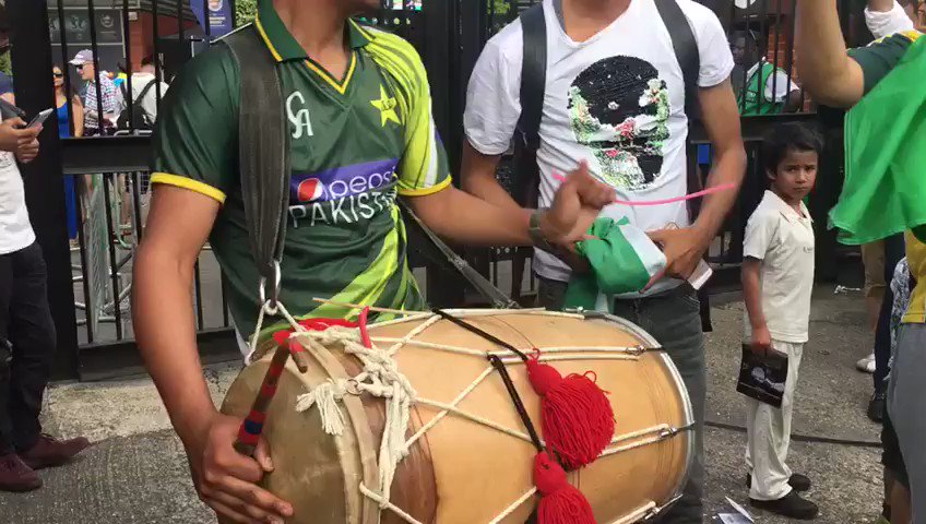 It's party time for the Pakistan fans outside The Oval ��   https://t.co/6Z0ZXccf8m #PAKvIND #CT17 https://t.co/BS5BQoMdWP