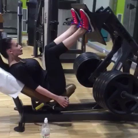 I don't go the gym too often but when I go I do my best.(5 reps with 200kg/440lbs) #BeastMode https://t
