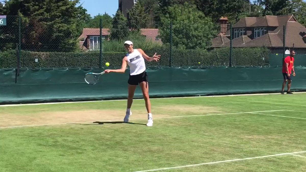 Último ejercicio del entreno de hoy... Last exercise of practice today... @Wimbledon ☀️ https://t.co/PValRvoR33
