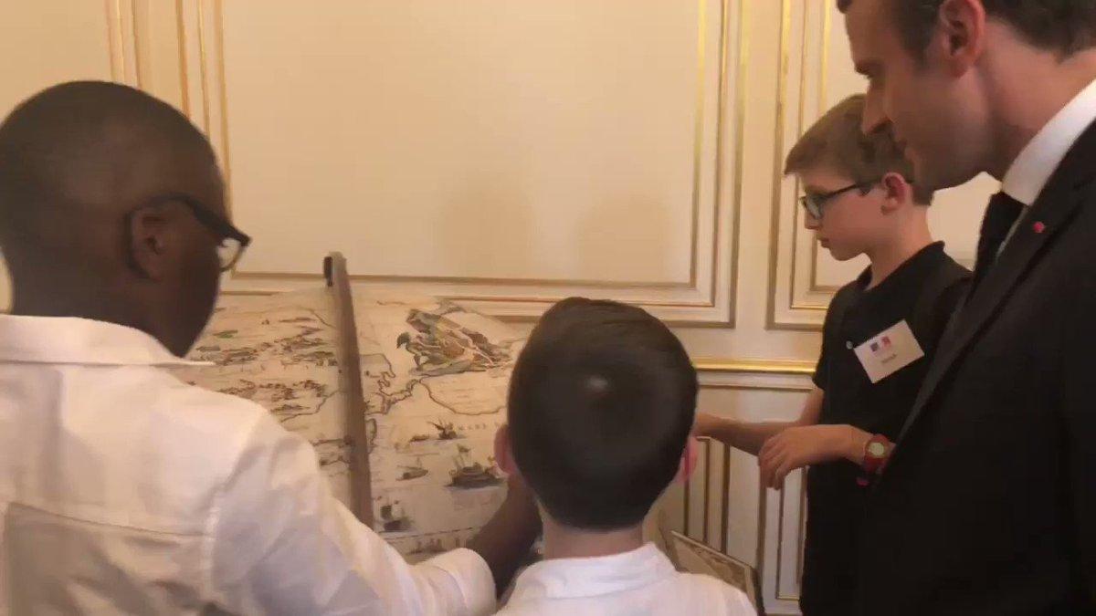 LIVE l Visite de l'Élysée avec des jeunes à l'occasion du lancement du 4ᵉ plan autisme. https://t.co/TIVkw0L4aK https://t.co/r6DdduzXbk