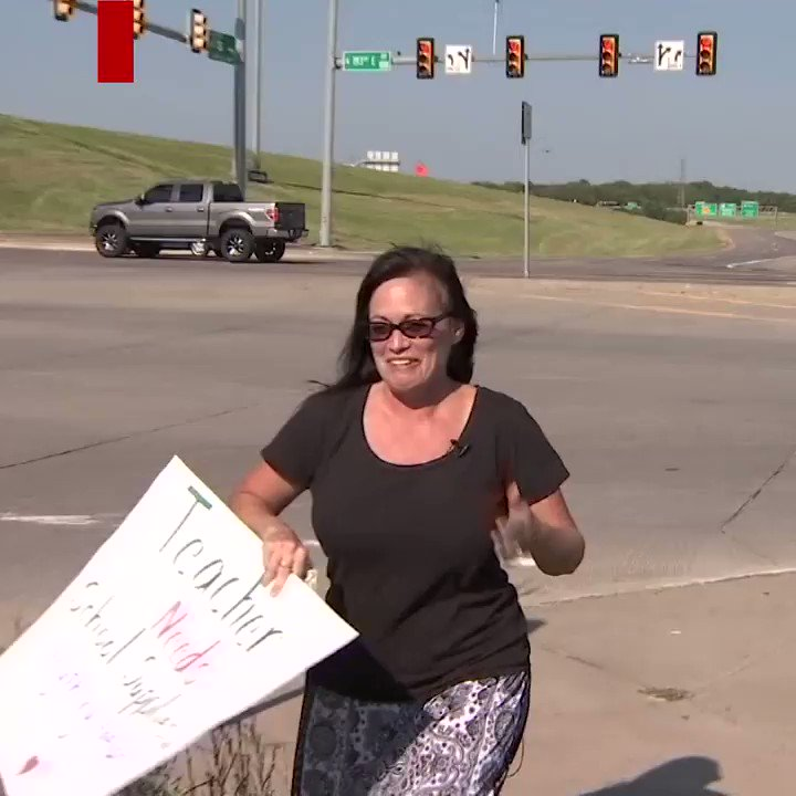 This teacher stands at an intersection asking for money to raise funds for her classroom https://t.co/Appt9Qt5Nz https://t.co/nw9bHe0JeG