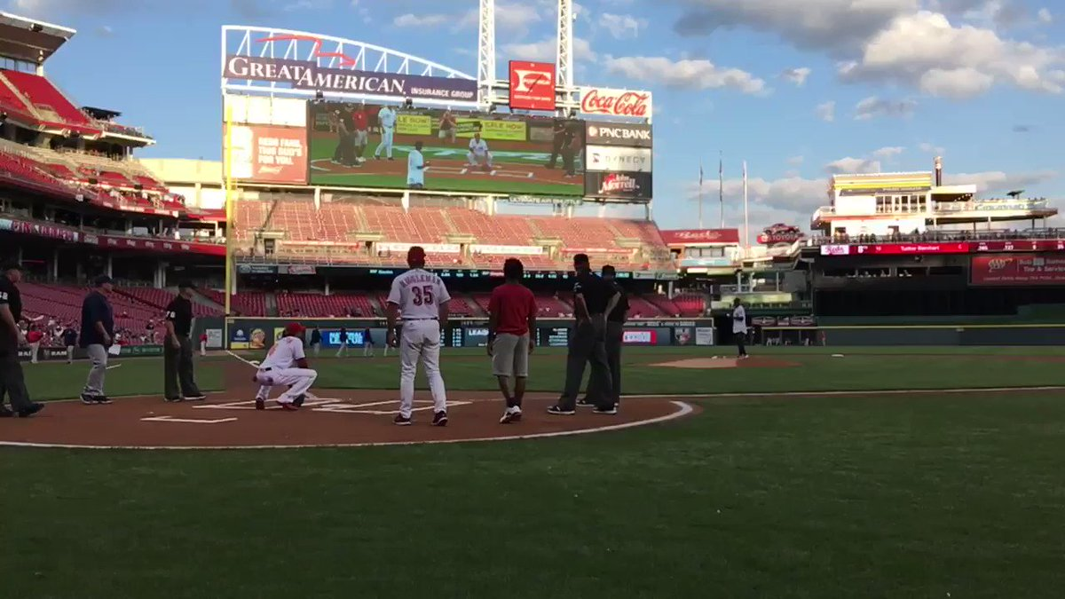 .@WatchJRoss to @BillyHamilton.  Here's the wind up... and the pitch! #FirstPitch https://t.co/ugipZ8wVwA