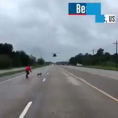 RT @NotiLourdesC: Este hombre recoge perros durante el huracán, grande!!!! #HuracanIrma #storm #miami #irma https://t.co/RstDzzE5ih
