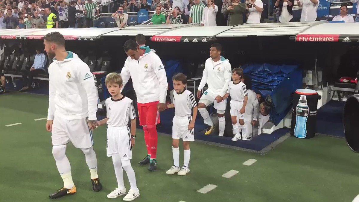��⚽️�� ¡Así fue la salida de nuestro once inicial al terreno de juego!   #HalaMadrid https://t.co/KVV3YppAeb