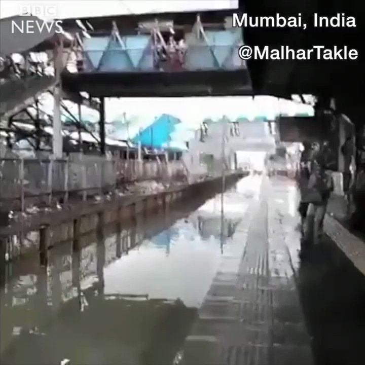 Speeding train soaks commuters waiting at a flooded station in Mumbai https://t.co/LwClb4Lbrf
