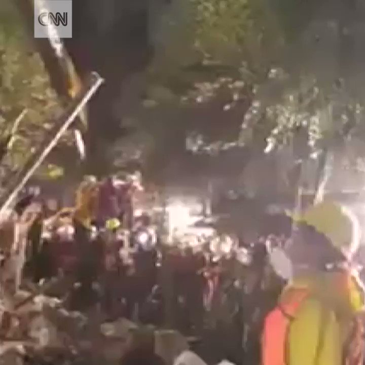 Rescuers in Mexico City take a moment atop the rubble to sing their national anthem https://t.co/qjDmXXiP1T https://t.co/xyowNpZCBB