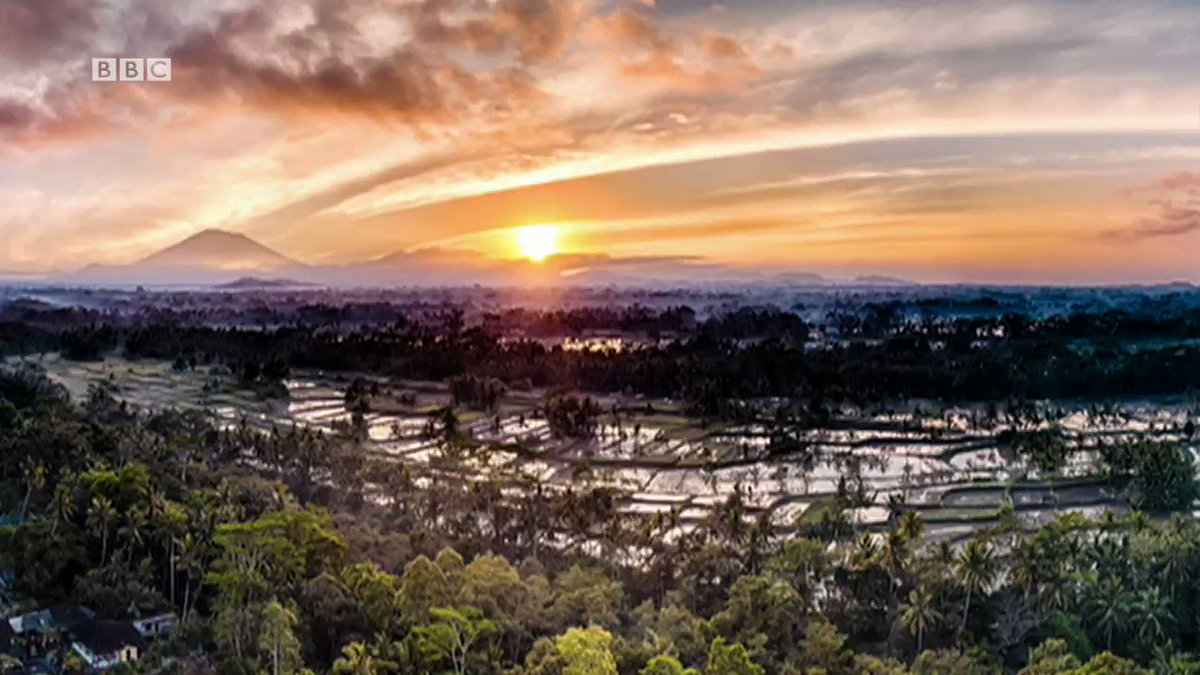 Bali's Mount Agung rumbles back to life. �� https://t.co/MRa4ASn2ar https://t.co/vNBTtFnq3M