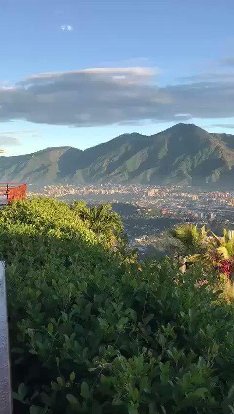 """Caracas y su Avila, tranquilas ante el caos.  Como Santa Teresita dicen """"esto tambien pasará..."""".  (Video cortesía de la Flowers) https://t.co/qq7rAnFve9"""