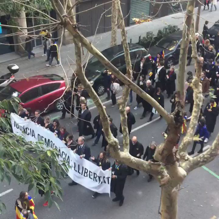 Advocats amb toga van cap a la manifestació a Marina #11NTV3 https://t.co/DLm9N9Q0dL