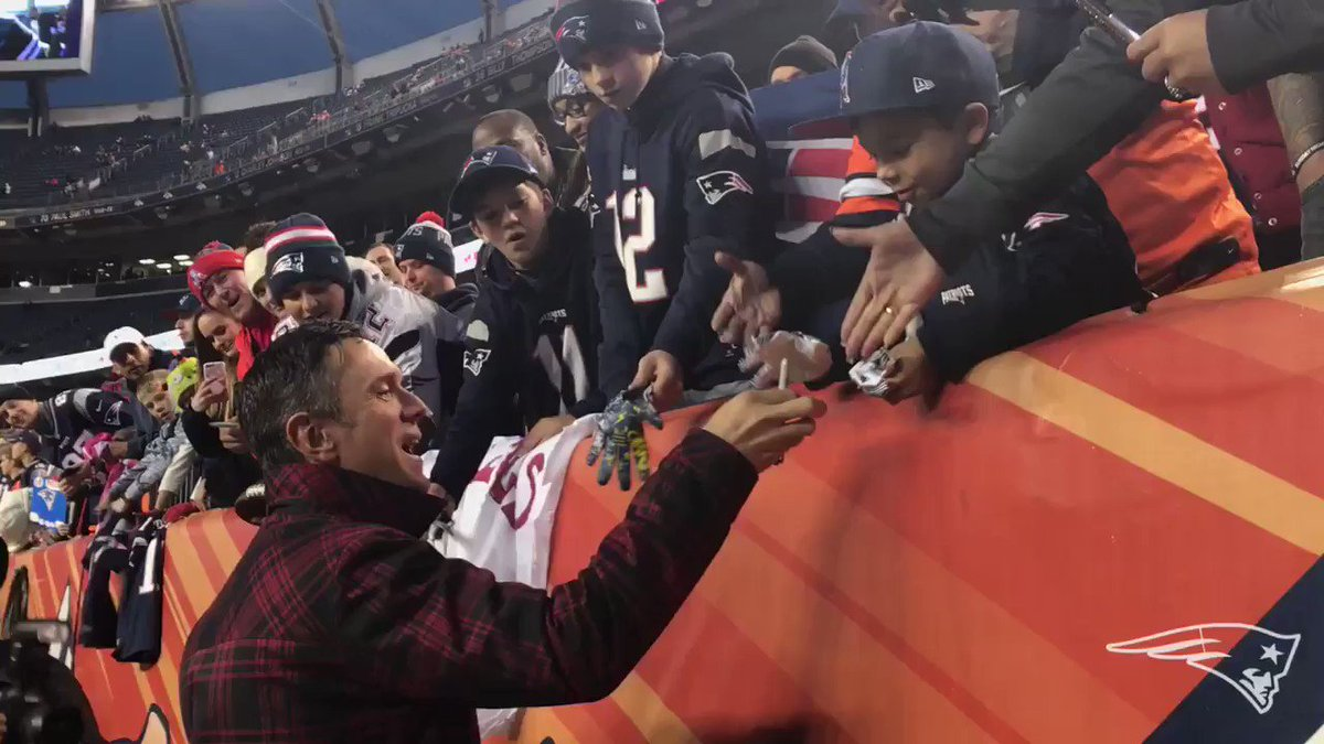 .@DrewBledsoe's in the house and signing for fans! #GoPats https://t.co/zHsbv5Oeui