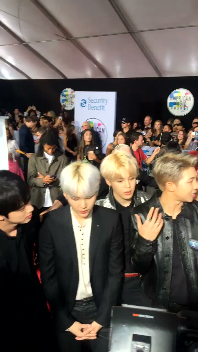 .@BTS_twt takeover at the #AMAs! It's LOUD up in here! ���� https://t.co/dcZ0zpibLe