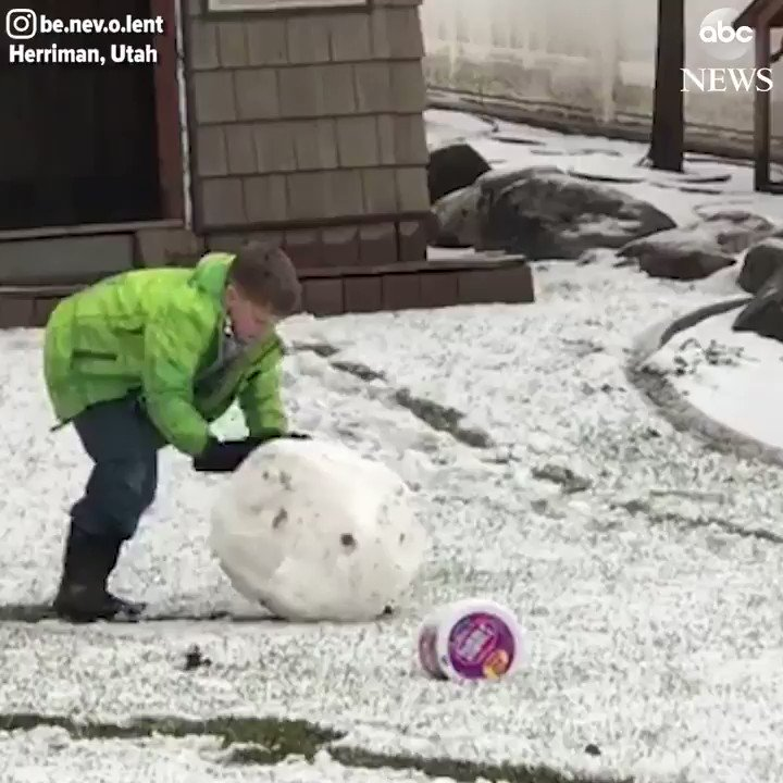 Do you want to build a snowman? ⛄ Boy in Utah builds a snowman in the middle of Fall. https://t.co/CfApgv5V70 https://t.co/x7q8gL71UZ