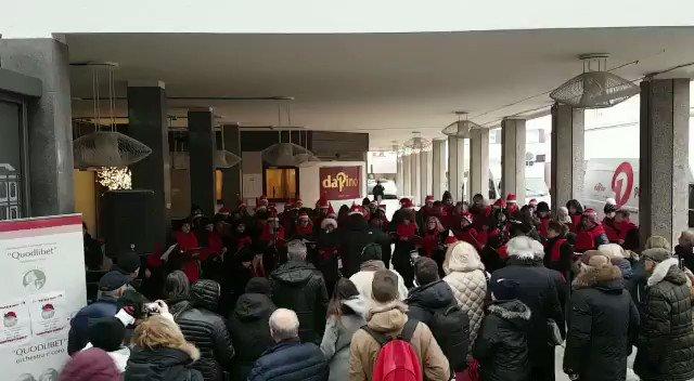 🎭 Come promesso, eccoci in Piazzale Candiani, piano b, scattato causa maltemo. Il nostro Coro assieme al Coro #QuodLibet, uniti per festeggiare il Natale assieme a voi!  #LeCittaInFesta https://t.co/ICM5I6Xqir