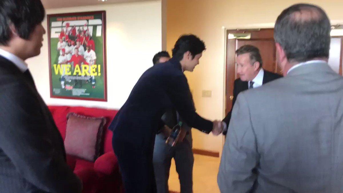 Meeting the new boss. #ShoheiDay https://t.co/OdguaY9ygI