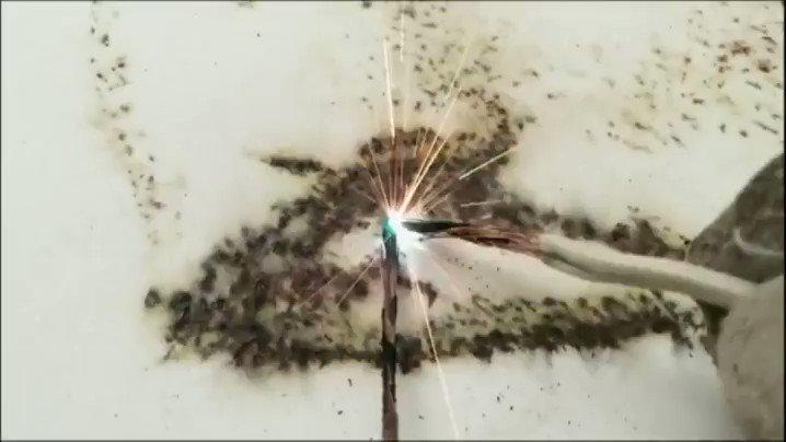Watch artist Phil Hansen 'paint' a portrait of Nikola Tesla using sparks of electricity https://t.co/9e8Kmwqa58 https://t.co/q15sNl41EL
