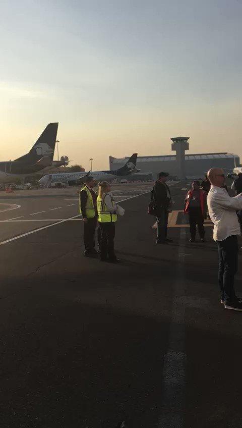 RT @telediariomty: #SISMO ⚠  Bajan gente de los aviones en aeropuerto de la Ciudad de México https://t.co/EiD5FqL04Q