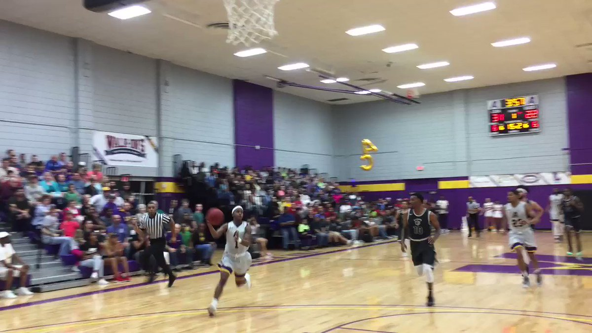 Brandon Moss with the dunk!! Lol incredible! @LSUAhoops @Colin__Cody @lamargafford https://t.co/AgmZLHdPlB