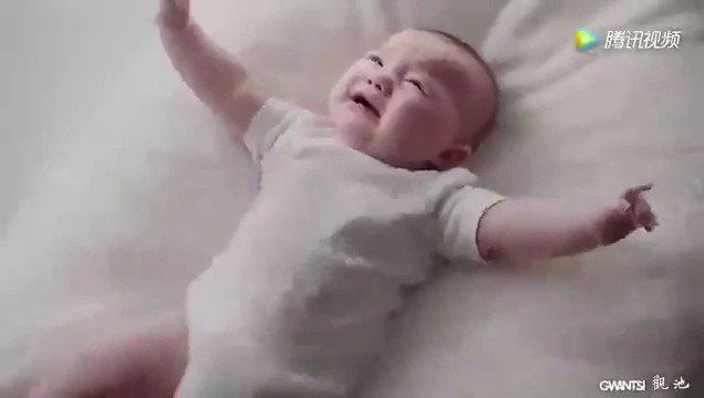 هذا الطفل ولدته أمة و توفت بعد فتره وأخذوا قلبها لشخص مريض في القلب ، صار الطفل يبكي كثير وكل أحد ياخذه يزيد في البكاء الى أن وصل الشخص الذي معه قلب أمه فسكت . https://t.co/UalYP4r0KA