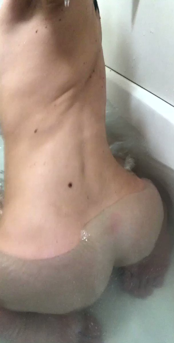 Trying to shake my ass in the bath....I will do it better next time hahaha bUXYN6fnO1
