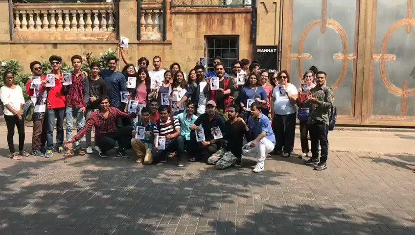 SRKians from Mumbai outside Mannat! ❤️ https://t.co/IfXhvyd8hk