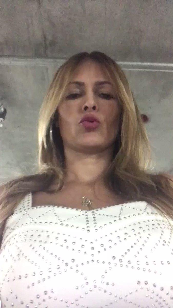 It's #Fuentesmonday yeeeee thank you por mi hermoso vestido 👗 😘 CaoLDv2o3i