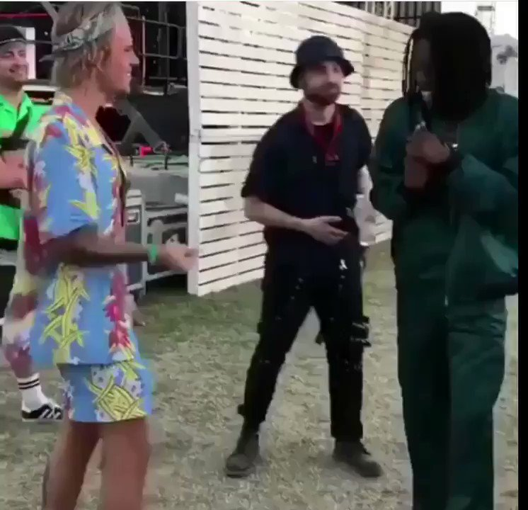 """Justin Bieber shows Daniel Ceasar some support by singing """"Get You"""" to him at #coachella https://t.co/gbzo0omQs9"""