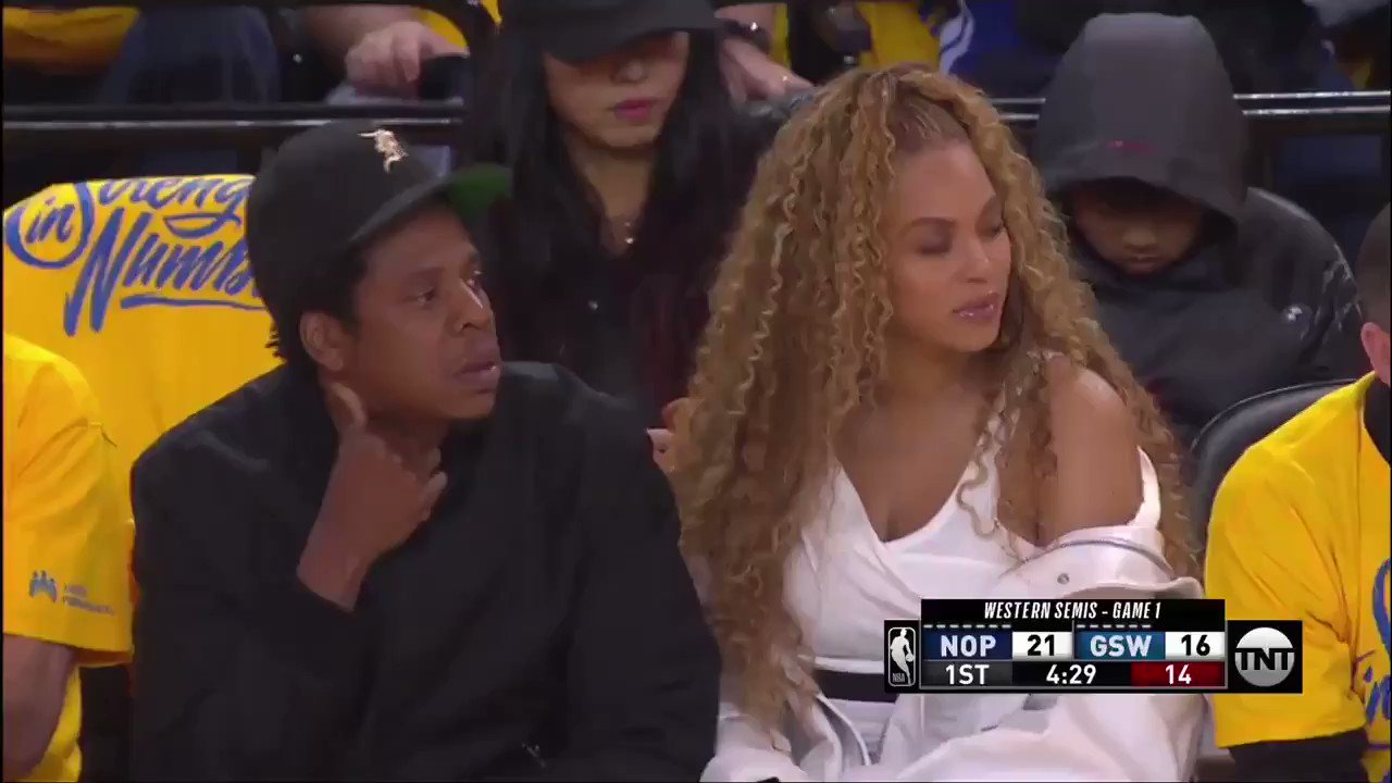 Beyoncé and JAY-Z at the @warriors game tonight. https://t.co/SJ2vVyigxM